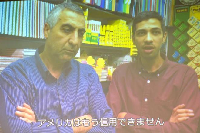 イスラエルが占領する東エルサレムで、トランプ米大統領の発言に憤る書店経営のパレスチナ人、アフマドさん親子。日本国際ボランティアセンターのスタッフが撮影した