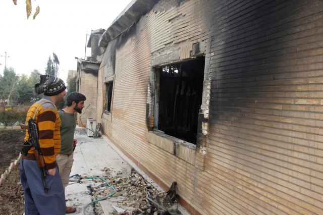 イラク・クルディスタン地域東部のスレイマニア県でデモ隊に放火された県庁舎=2017年12月19日