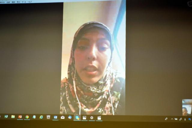 パレスチナ自治区のガザに住むエンジニアのアマルさんもスカイプで登場。トランプ発言に抗議するデモや、相変わらずの停電など現地の様子について話し、日本の人道支援への感謝も語った=12月21日、東京・上野の日本国際ボランティアセンター(JVC)