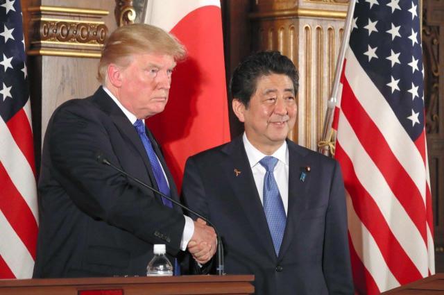 2017年11月の東アジア歴訪で来日したトランプ米大統領。共同記者会見を終え安倍晋三首相と握手した=11月6日、東京・元赤坂の迎賓館