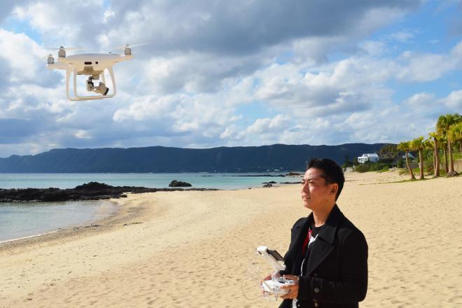 奄美大島でフリーランスとして働く田中さん。ドローン撮影した映像はテレビ局などに販売している。