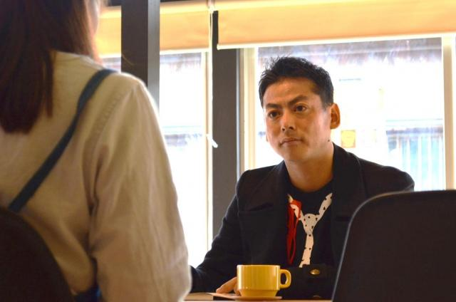 奄美大島の観光サイトに掲載する記事のための取材をする田中さん