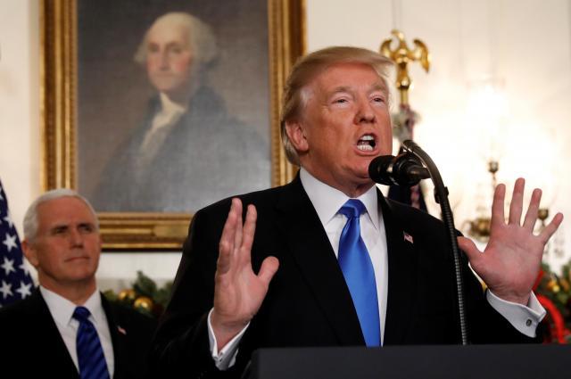 エルサレムはイスラエルの首都だとホワイトハウスで宣言するトランプ米大統領=2017年12月6日、ロイター