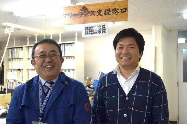 「フリーランスが最も働きやすい島化計画」をすすめる奄美市・商工観光部の麻井庄二さん(左)と稲田一史さん