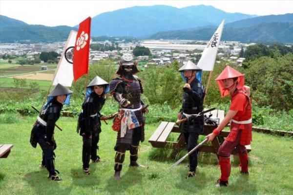 自前の甲冑やレンタルの甲冑を着て、笹尾山を訪れた観光客ら=2017年9月15日、関ケ原町関ケ原
