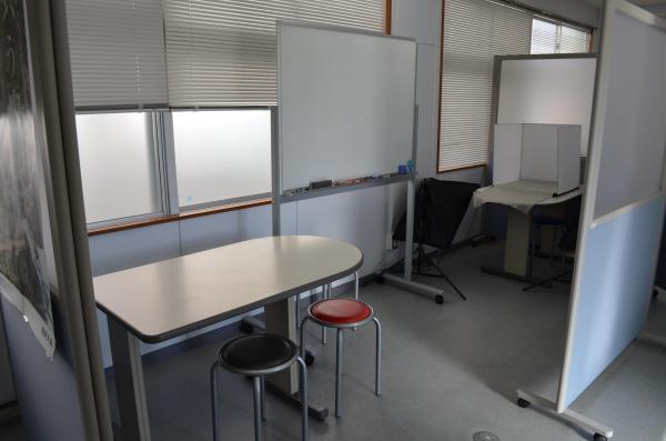 ホワイトボードを備えたミーティングスペースもあります