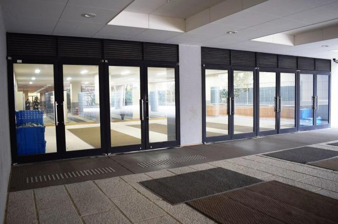 素数が貼り付けられたガラス扉。全部で10枚あります