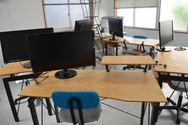 各机にはディスプレイが置かれ、自分のパソコンを持ち込んで使えます