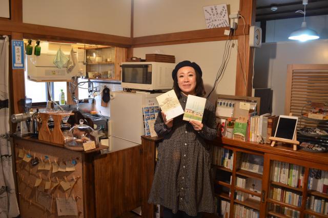 ブックカフェでコーヒーを飲みながら本を読むことができる