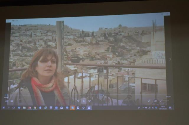 イスラエルに占領された東エルサレムにあるパレスチナ人の住宅街で、トランプ発言への怒りを静かに語る現地NGOのナジュラさん。日本国際ボランティアセンター(JVC)のスタッフが撮影した