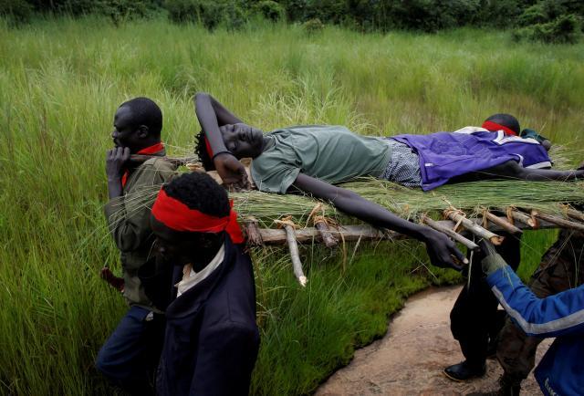 木でつくった担架で運ばれる南スーダン反政府勢力の負傷兵=2017年8月26日