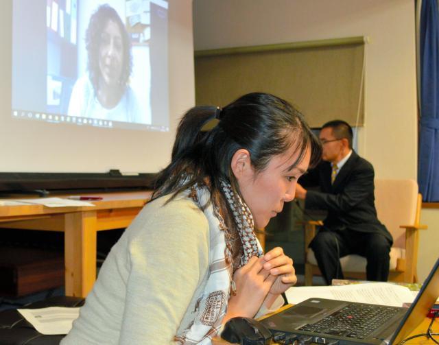 日本国際ボランティアセンター(JVC)パレスチナ担当の山村順子さんは「緊急報告会」でスカイプを使い、東エルサレムのNGOで活動するパレスチナ人のフェイルーズさんとやり取りした=12月21日、東京・上野のJVC