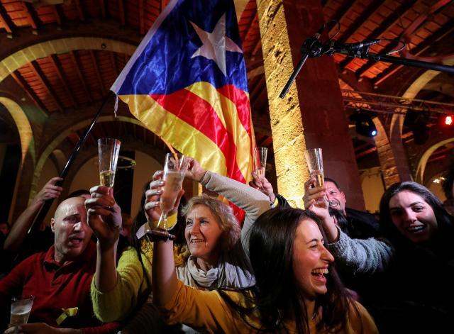 選挙結果にわくカタルーニャの人たち=2017年12月22日