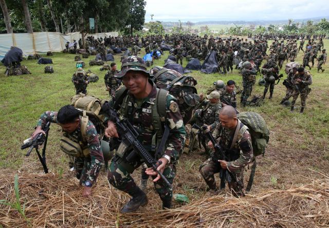 IS「フィリピン支部」に対する作戦を終え、引き上げるフィリピン国軍兵=2017年10月25日