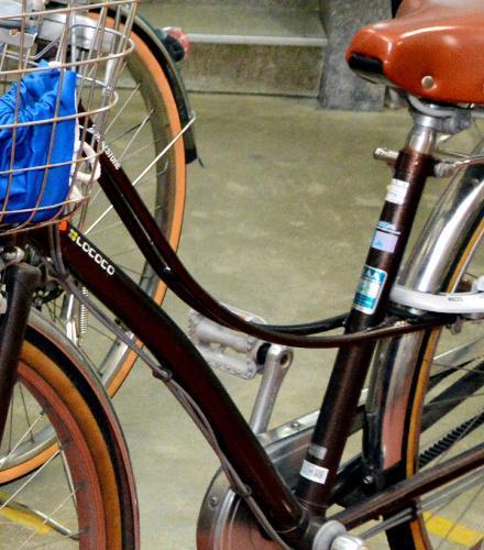 高校の駐輪場に置かれたロココ。弓なりのフレームが特徴という=松山市大街道3丁目