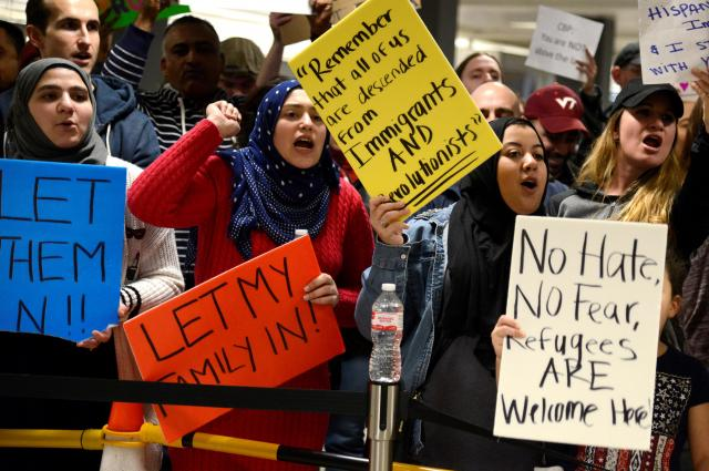 アメリカ・バージニア州の空港でトランプ大統領に抗議する人たち=2017年1月29日
