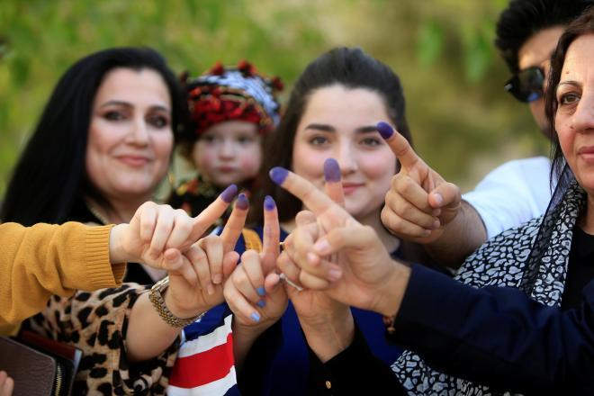 イラクのクルド人地域の独立を問う住民投票で、投票したことを示す指のインクを見せる女性たち=2017年9月25日