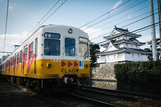 高松城址を横切ることでんの車両。ターミナル駅の高松築港へ向かう=高松市寿町、林紗記撮影