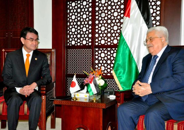 ヨルダン川西岸のラマラを訪れ、パレスチナ自治政府のアッバス議長(右)と話す河野太郎外相=2017年12月25日、代表撮影
