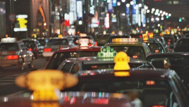 客待ちのタクシーが連なる1999年1月の東京・銀座。長引く不況で客が減った。
