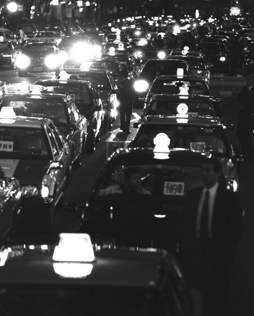 バブル時代、タクシーは社用のタクシー券などを使い長距離客がよく出る銀座に集まった。どの通りも二重三重の客待ちタクシーで身動きがとれないほどだった(1990年5月)