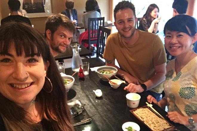 そばを楽しむ外国人ゲスト。めん類は「はずれがない」という=古屋絢子さん提供