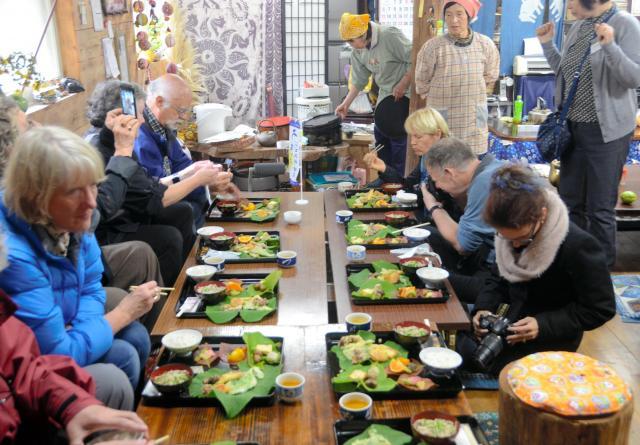 そばを食べる外国人ゲスト=徳島県三好市東祖谷