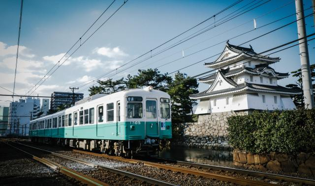 高松城址を横切ることでんの長尾線=高松市寿町、林紗記撮影