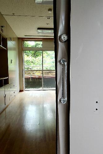 植松聖被告が最後に入ろうとした部屋。扉の取っ手付近がへこんでいた=2017年7月6日、相模原市緑区、葛谷晋吾撮影