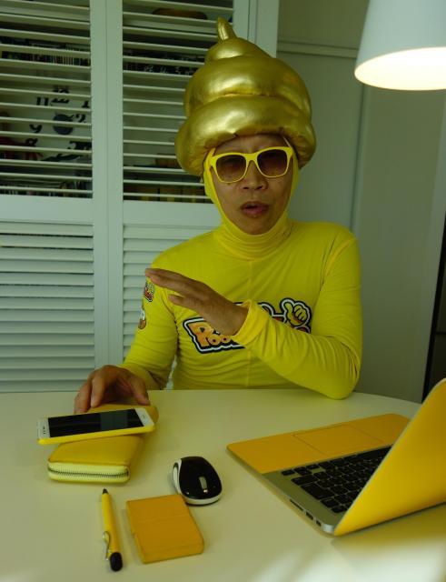 身の回りのものは、みなからのアドバイスで黄色いものが多い。パソコンのマウスが黒から黄色に変わる日も近いかもしれない=東京都世田谷区