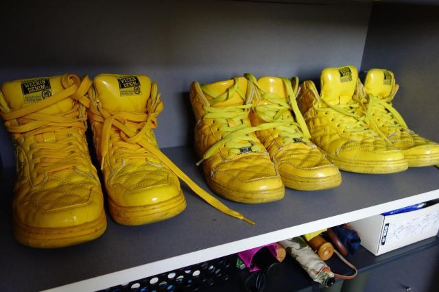 うんちマン用の黄色い靴。新品のストックもある=東京都世田谷区