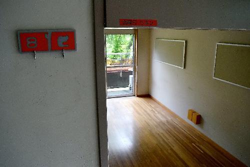植松聖被告に追いかけられた男性職員が逃げ込み、必死にドアを押さえた「すばる」エリアの部屋=2017年7月6日、相模原市緑区千木良、岩堀滋撮影
