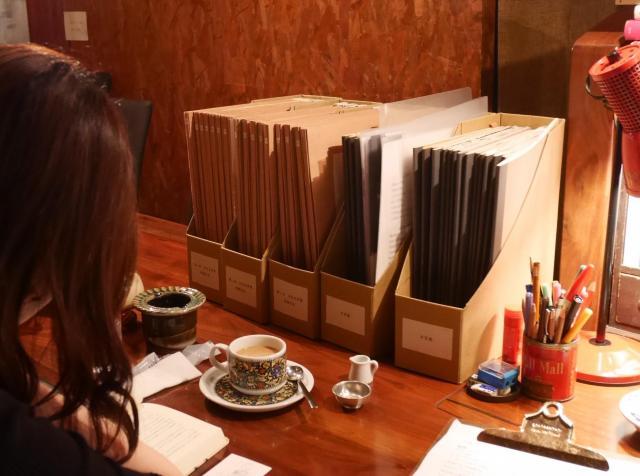 半空店内に置かれた前回までの作品はファイルにまとめられ、誰でも読めるようになっている=高松市瓦町、田中志乃撮影