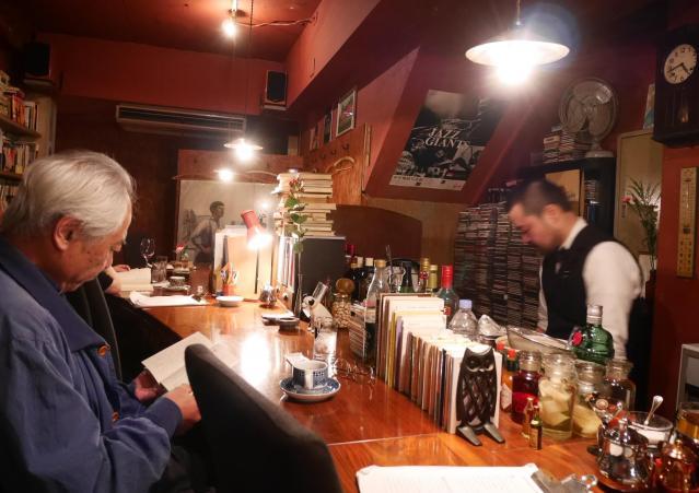 半空の店内ではさまざまな年代のお客さんが静かに本を読んだり会話を楽しんだりしている=高松市瓦町、田中志乃撮影