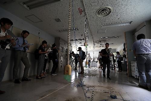 神奈川県職員から施設の説明を受ける報道陣=2017年7月6日、相模原市緑区、葛谷晋吾撮影