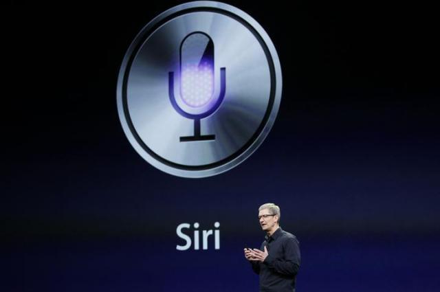 Siriについて説明するアップルのティム・クックCEO=ロイター