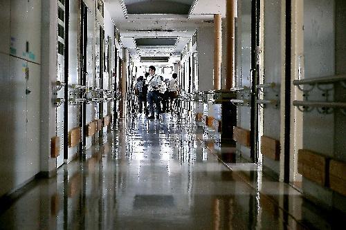 事件後初めて報道陣に公開された津久井やまゆり園の内部。植松聖被告は建物に侵入後、この廊下を通って犯行に及んだ=2017年7月6日、相模原市緑区、葛谷晋吾撮影