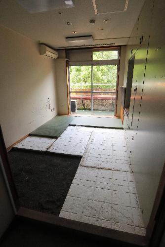 公開された居室。畳がはがされていた=2017年7月6日、相模原市緑区、葛谷晋吾撮影