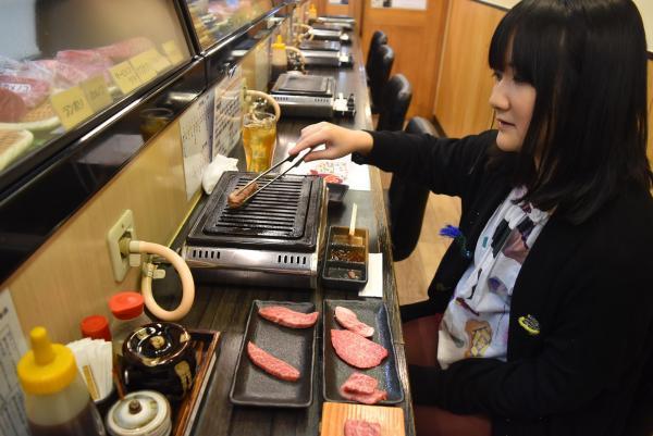 一人焼き肉を楽しむ朝井麻由美さん=東京都豊島区西池袋の「ひとり焼肉 美そ乃」
