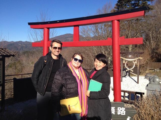 外国人ゲストを神社に案内する古屋さん=古屋絢子さん提供