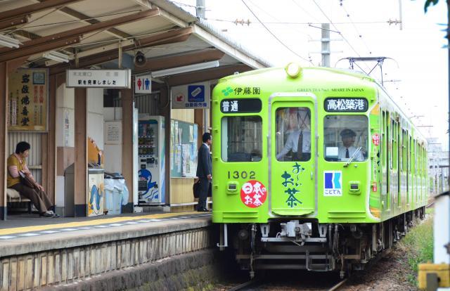 林道駅構内に入ってくることでんの電車=高松市木太町、田中志乃撮影