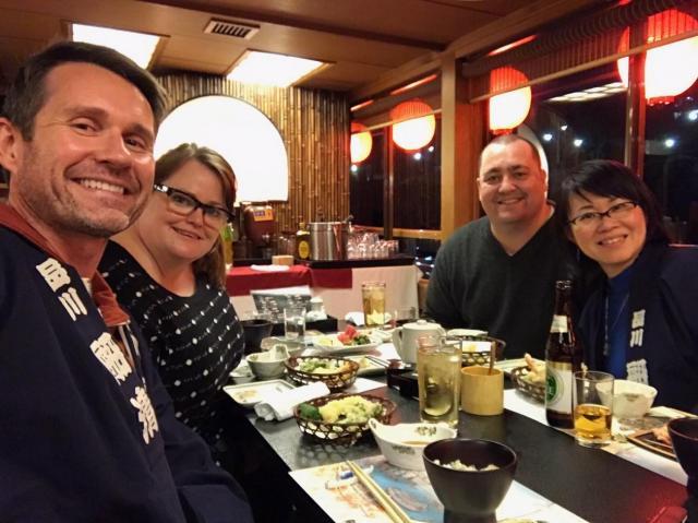 食事を楽しむ外国人ゲスト=古屋絢子さん提供