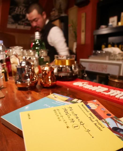 半空の店内には、第3回の文学賞の命名の元になった「ナショナルストーリープロジェクト」の文庫本も置かれている=高松市瓦町、田中志乃撮影