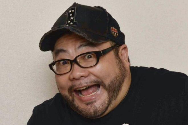 """カメラの前でおどける髭男爵の山田ルイ53世さん。""""一発屋""""になって『家ロケ』の仕事が増えたという"""