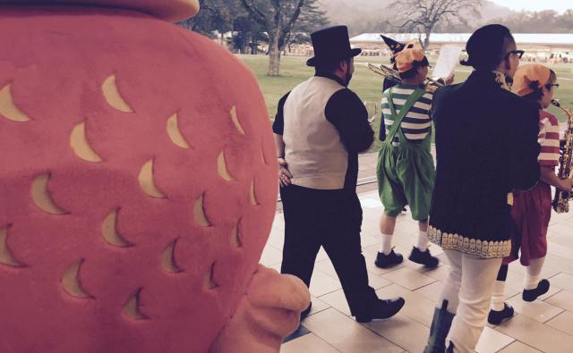 ハロウィンの日、鼓笛隊と歩く髭男爵の山田ルイ53世さんと相方のひぐち君