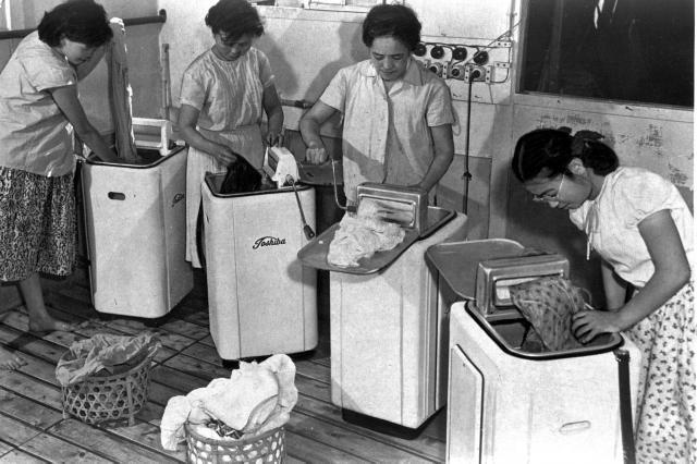 1953年(昭和28年)10月、国産第1号の電気洗濯機「サンヨー電気洗たく機」の新聞広告が出た。正価2万8500円だった