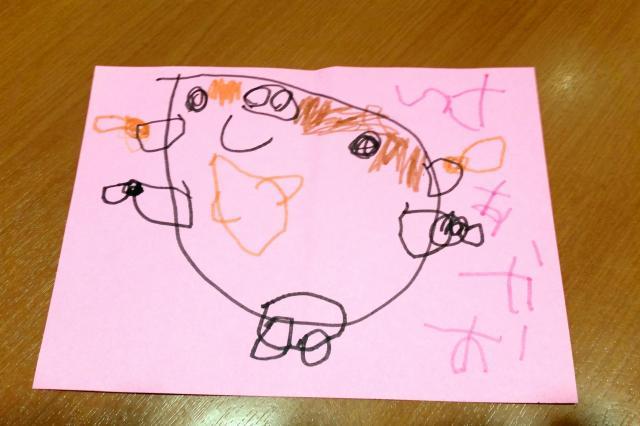 幼稚園で顔の描き方を習ってきた娘が、夕食後に書いてくれた似顔絵。覚えたてのひらがなで「おかあさん」と書き加えた