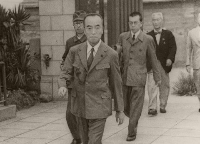徒歩で官邸から議場に向かう東久邇稔彦首相宮(1945年9月撮影)