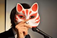 中高生に人気の伊東歌詞太郎さん。狐のお面がトレードマーク