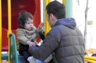 週末、妻の負担を減らそうと子どもを連れて公園で遊ぶ父親(写真はいずれもイメージです)=東京都中央区